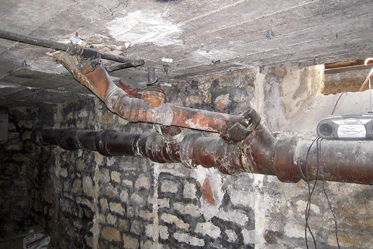 Agencement d'un sous-sol en sanitaires pour personne à mobilité réduite (cliquez pour + de photos)